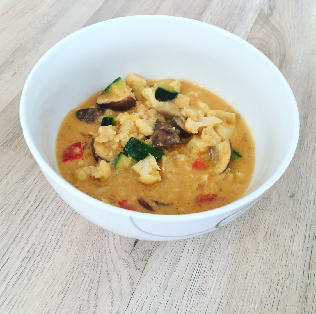 Vegetarisches Erdnuss Curry Blumenkohlreis